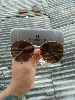 Vintage sunglasses 80s Brand: Rodenstock Vintage authentic Rare/Limited edition Frame titanium dilapisi optyl Full tag logo brand Logo brand full ukiran Unisex(bisa untuk cowok/cewek) Kondisi 98% sangat mulus
