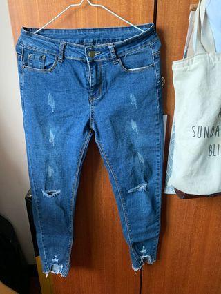 微刷破質感藍牛仔長褲/標碼L/在二手版買的,我沒穿過,僅下水,約9成新