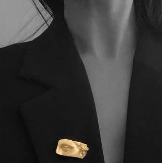 大衛石雕塑半邊黃銅金色人臉小號胸針西裝點綴