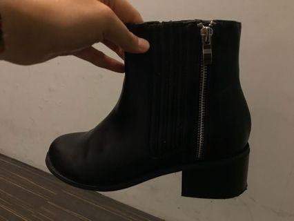 俐落拉鍊低跟內增高短靴(24.5號)