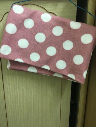 粉紅圓點小抱毯