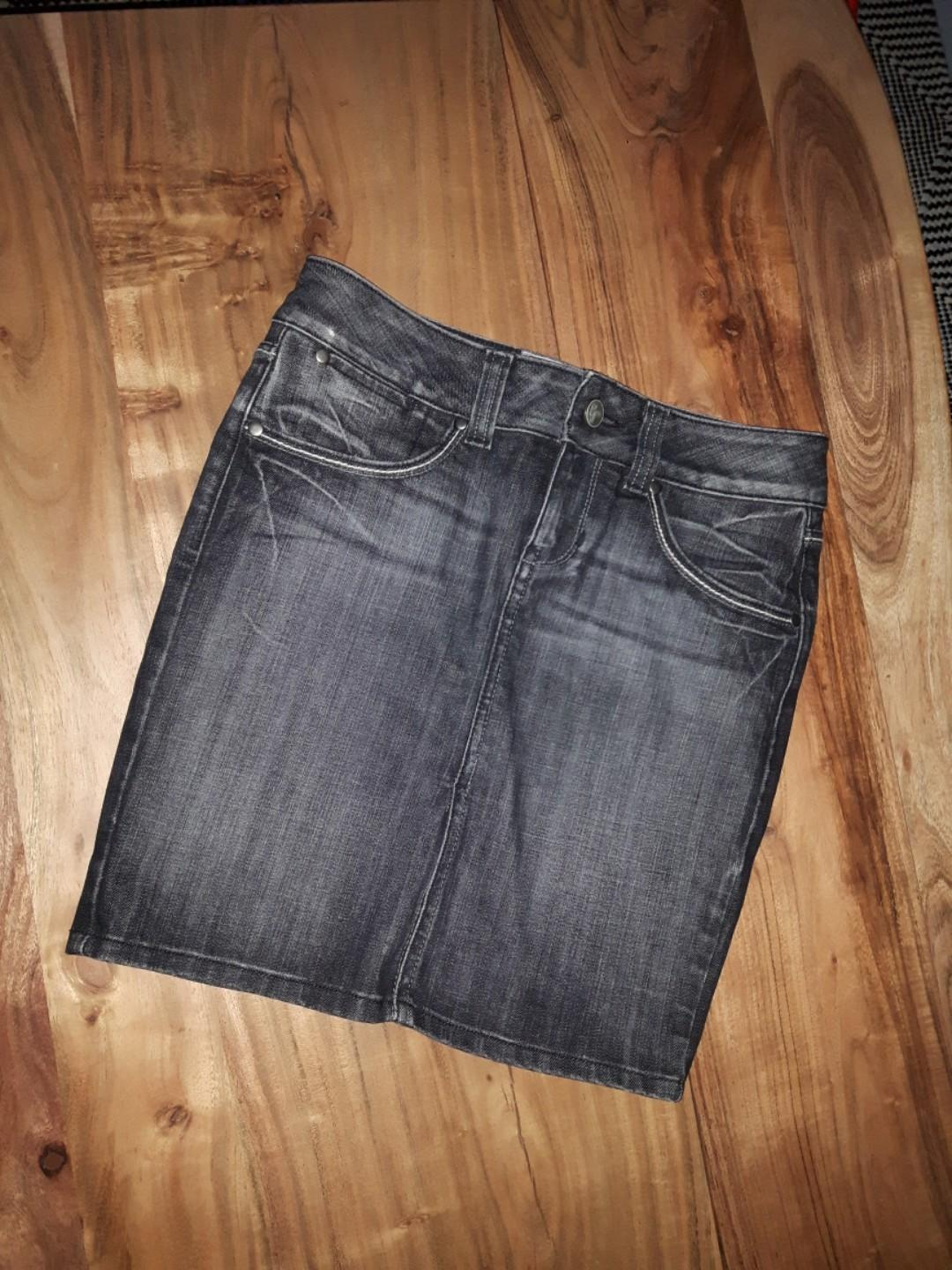 GUESS PREMIUM JEANS -LOWERED-SIZE 4 SKIRT IN FADED BLACK WITH PINCHED POCKETS