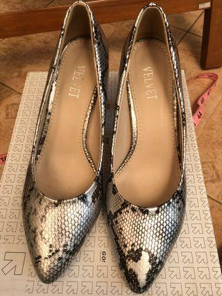 Sepatu heel Velvet motif snake skin