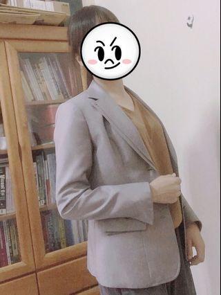 灰色西裝外套 可正式可休閒 肩寬39/胸寬46/衣長60cm  贈送褲子一套!! 全新套裝 面試上班💼必備 外套也可休閒穿搭  褲子 腰平量37 臀圍平量49 褲長100cm