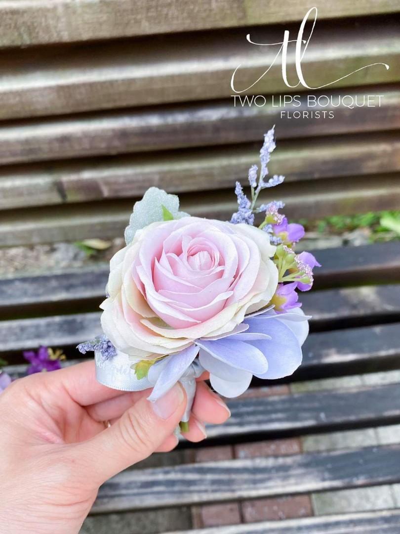 Two lips 絲花花球       #婚禮#wedding#花球#花束#花籃#手花#襟花#絲花#鮮花#車花#佈置#拱門#手作#水中花 #父母花束 #Love #hope #plants #flowers #bouquet #感謝花束 #twolipsbouquet #Color #floral #畢業花束 #生日花束 #silkflower #花球 #結婚 #couple #婚紗 #婚紗攝影 #畢業 #文青 #prewedding #韓式花束
