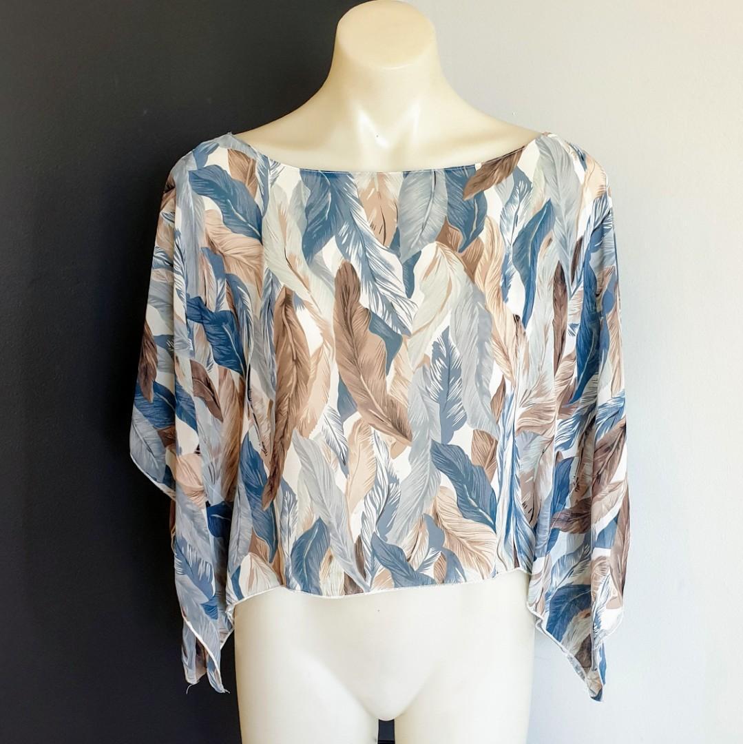 Women's size 10 'INTO FASHION' Gorgeous feather print dolman sleeve blouse top - AS NEW