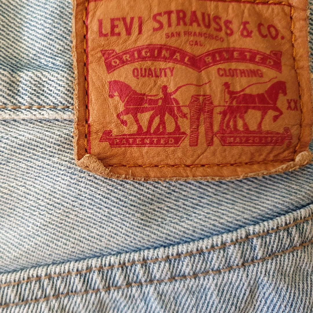 Women's size 26 'LEVI'S' Gorgeous light blue denim shorts - EUC
