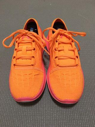 UA女性跑鞋us7