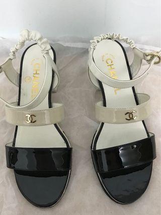 Chanel雙C金字亮皮涼鞋