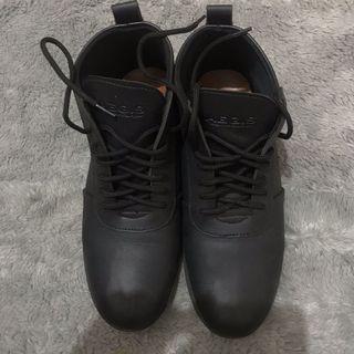 Sepatu boots semi