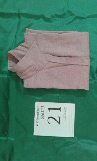 C) Waistcoat to wear a collar woman is pink.