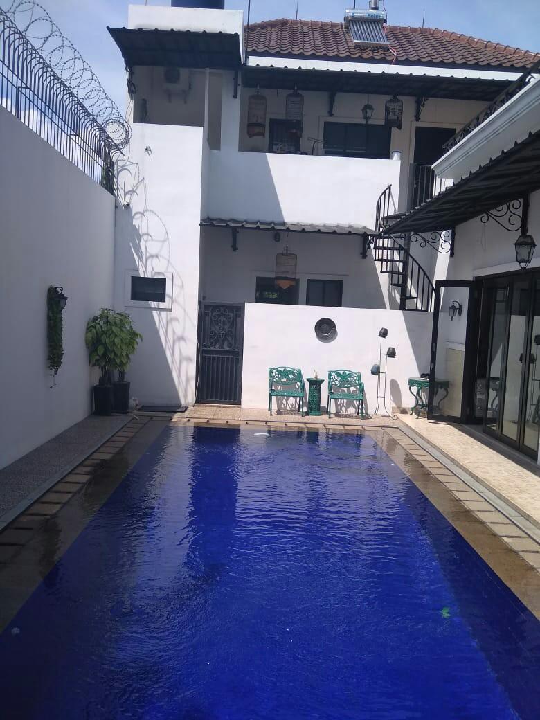 Rumah mewah 2 Lantai siap huni ada kolam renang nya lokasi di KOMPLEK PERMATA KALISARI