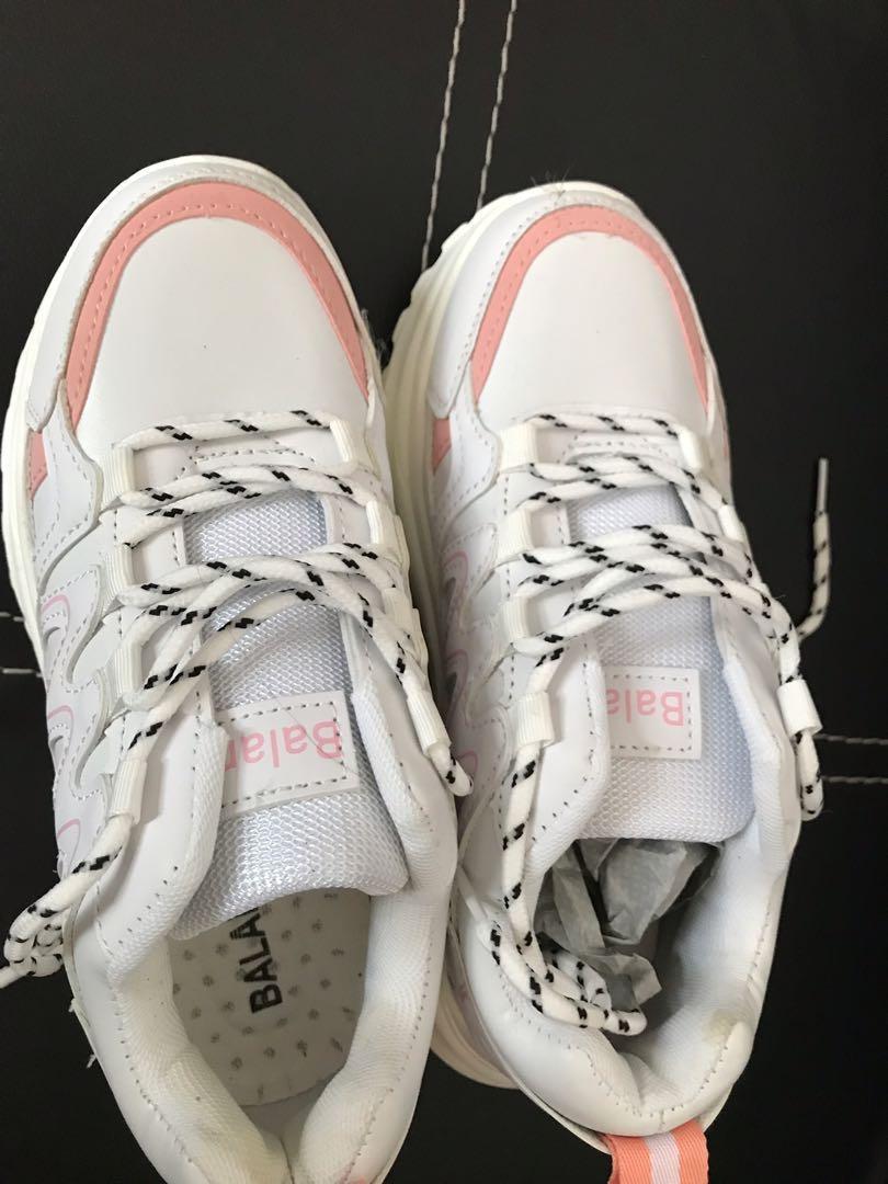 Sepatu putih import