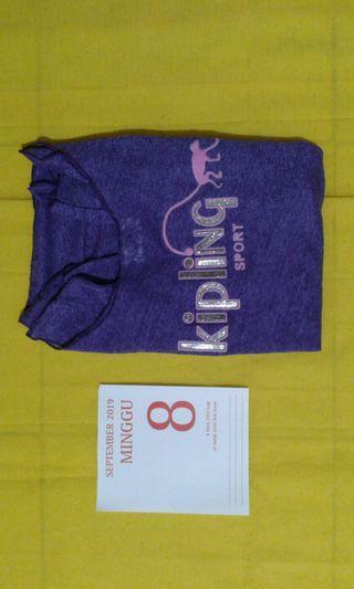 B) Undershirt woman arm long is purple shine.