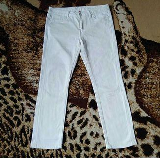 Celana putih uniqlo