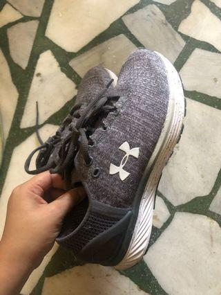 UA女鞋8成新(如圖)