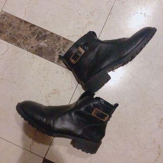 金扣黑短靴23.5  左腳有瑕疵