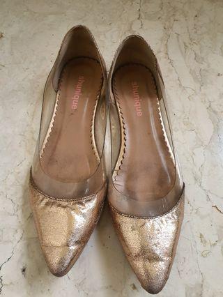 Sepatu tanpa hak gold