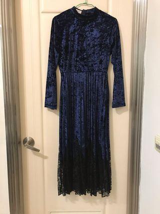 寶石藍絨質下擺百摺蕾絲微高領長洋裝