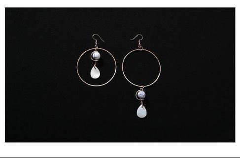 珍珠貝殼大圓圈不對稱耳環