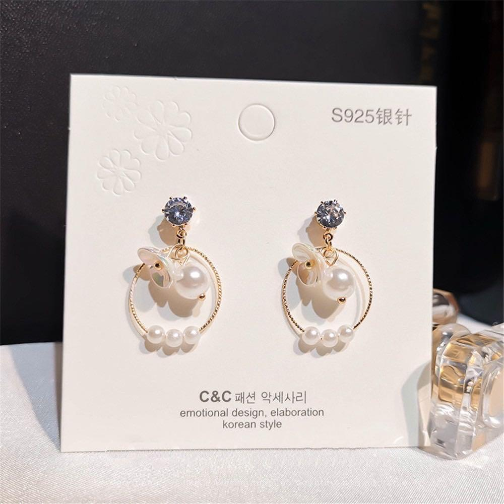 Anting simple dengan bunga dan mutiara