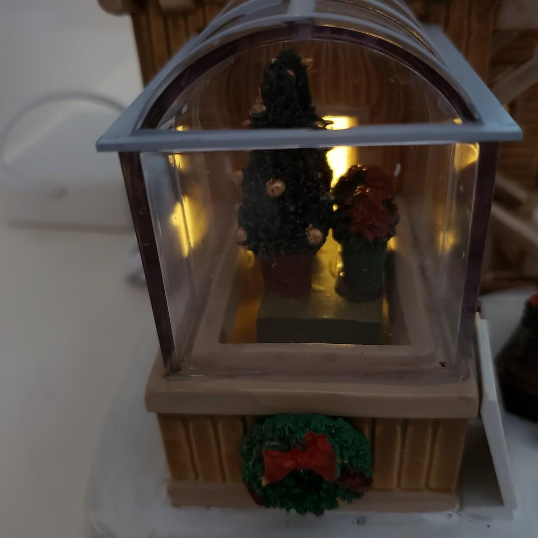 LEMAX Hand-Made Christmas Village Collection Poinsettia Place Porcelain Christmas Decor / LEMAX 手造瓷器聖誕村珍藏一品紅廣場聖誕裝飾