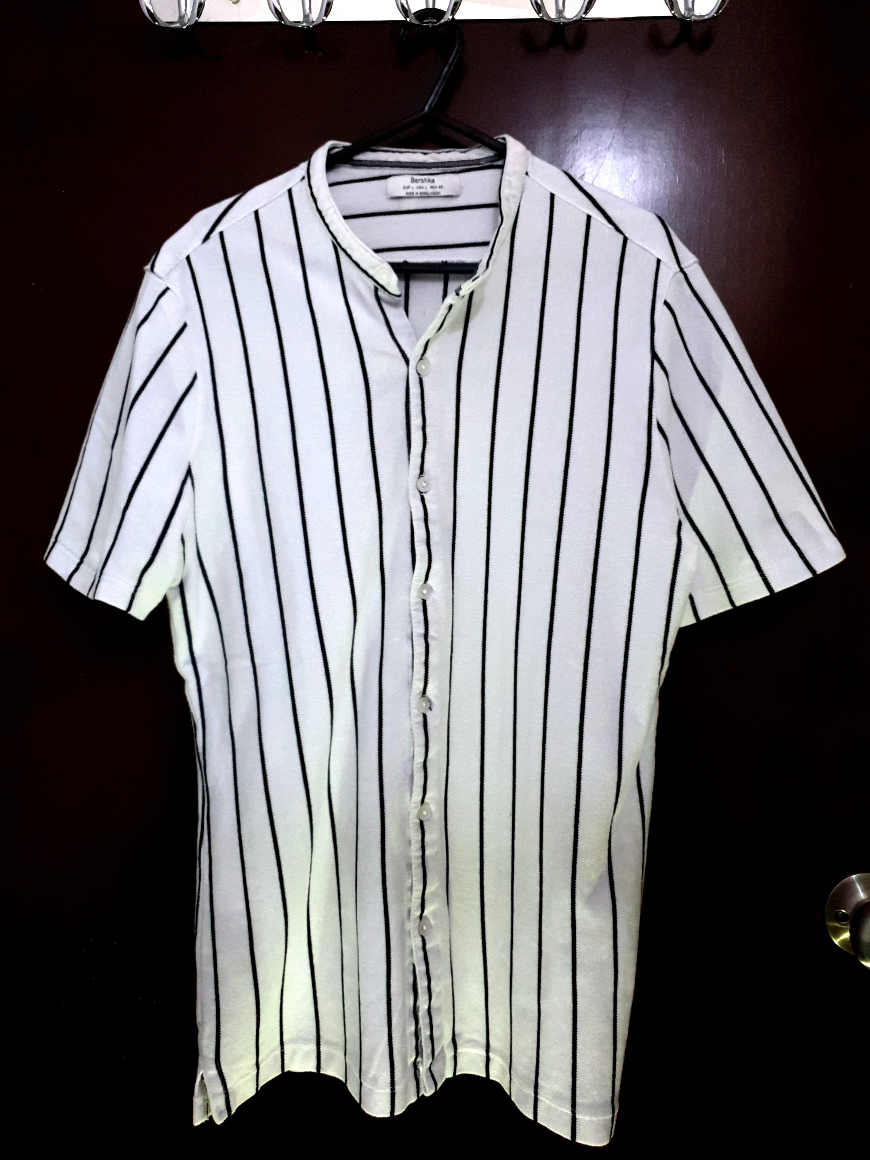 Kaos polo warna putih motif garis garis
