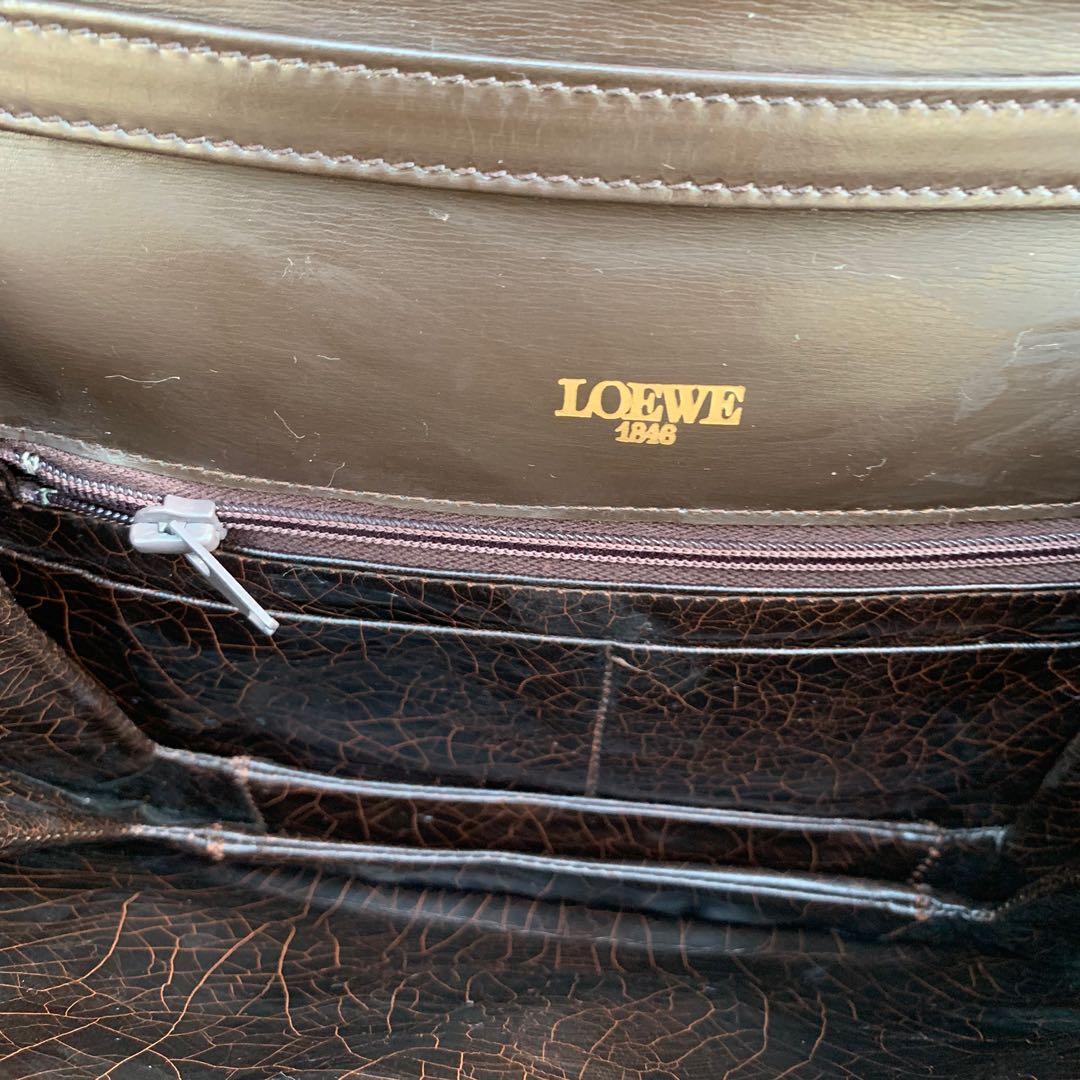 Loewe 深啡leather handbag 個扣生左銹壞左扣唔埋 其實部分都靚 你可以搵專家整一整返個扣 所以大平賣 正品authentic