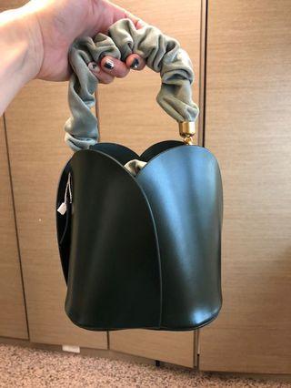 全新綠色真皮質感水桶包(附兩種提把、一個背帶)絨布材質表面拉繩,有試背圖看內文