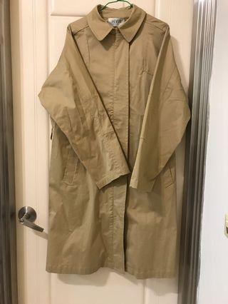 米色硬挺長版風衣寬鬆版型