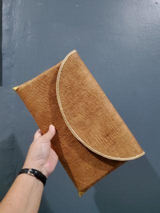 Dompet etnis dari bahan kulit kayu