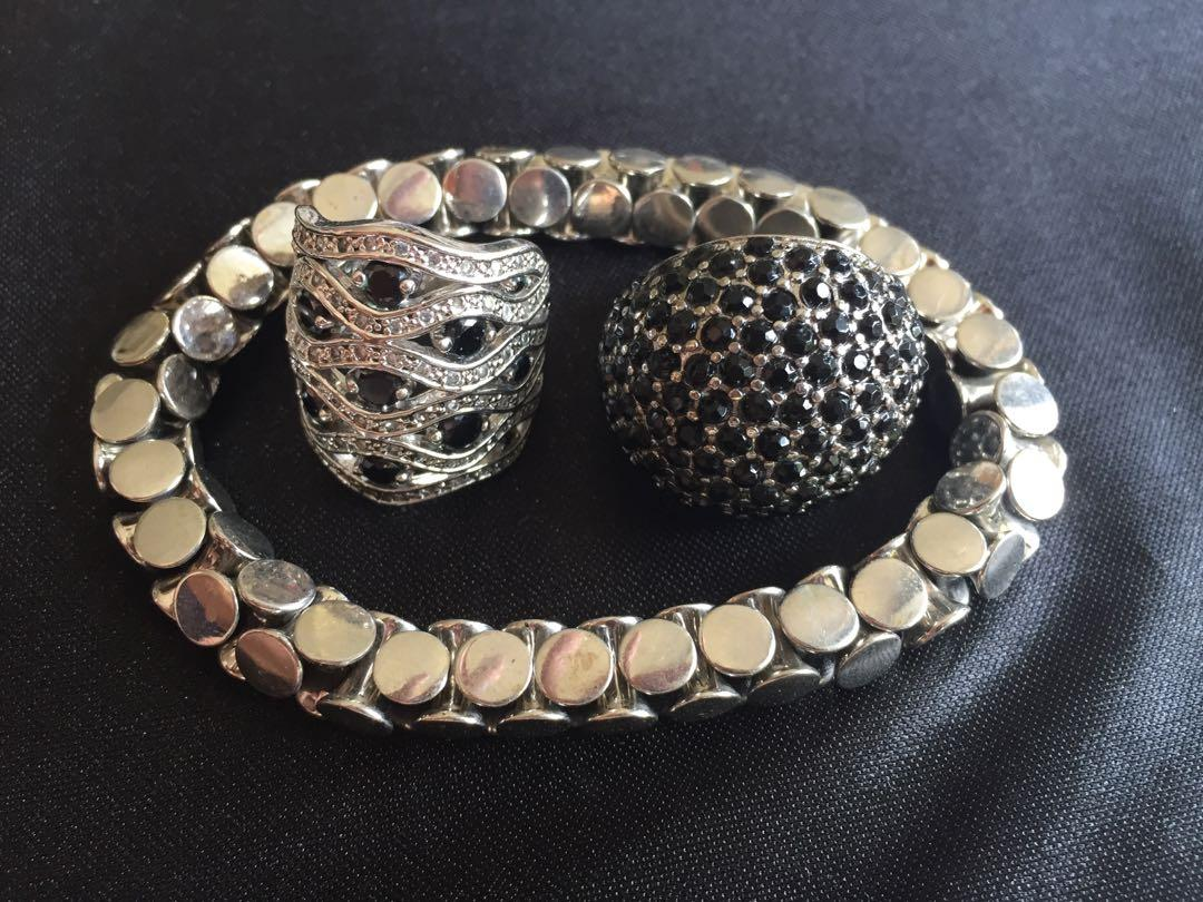 Two fabulous rings with stretch t-bar bracelets. Blue stones