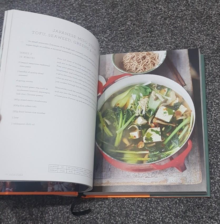 *NEW* Cookbook by Jamie Oliver Super food family classics