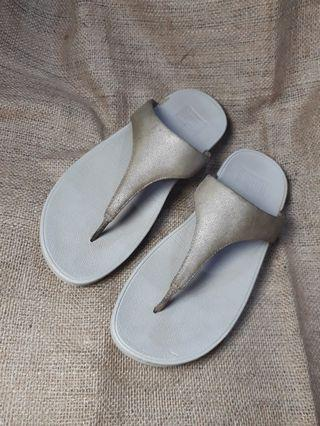 Fitflop shimmy suede toe post woman.
