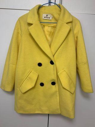 亮黃色落肩大衣