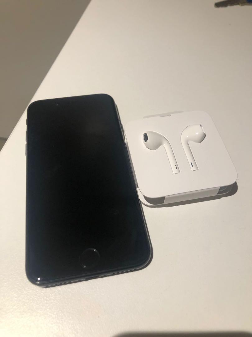 iPhone 7 black 256GB no scratch on screen, with brand new Apple headphone