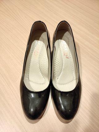 【二手】台灣製。黑色亮面跟鞋 (24.5)