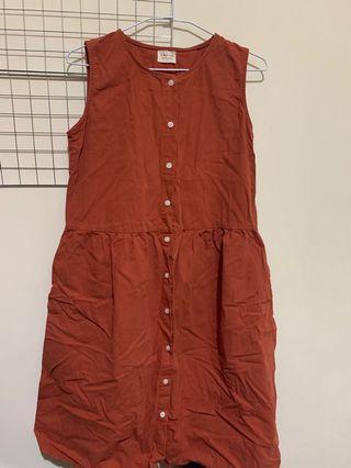 Queenshop 排扣圓領洋裝(磚紅)