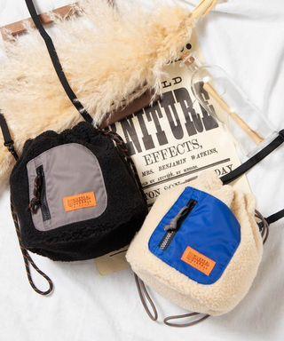 日本正品代購UNIVERSAL OVERALL巾著毛毛束口袋2way側背包手提包絨毛秋冬可愛泰迪熊cp值超高不撞包水桶包棉花糖