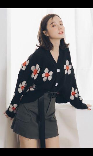 全新 花朵印花V領毛線外套+ 街頭風下擺不修邊設計黑色腰帶灰短裙(一套賣)