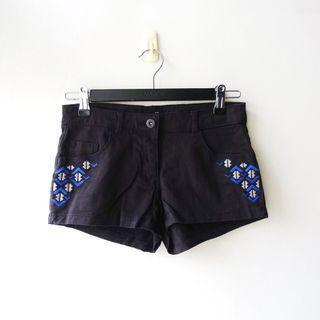 瑞典品牌H&M黑色側邊圖騰刺繡單寧布料休閒短褲32號