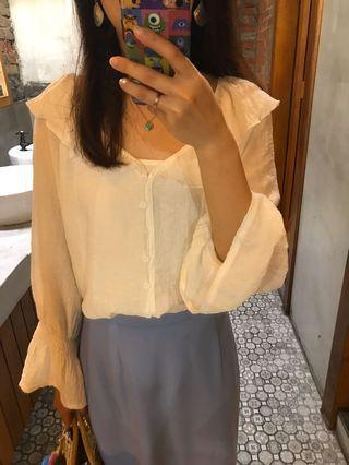 白色荷葉排釦長袖上衣