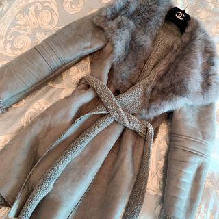 灰色大地色系 麂皮羊羔毛絨 率性大翻領 兔毛毛皮草柔軟蓬鬆大毛領 貴氣十足 暖呼呼保暖簡約 收腰綁帶式洋裝款  長版大衣外套