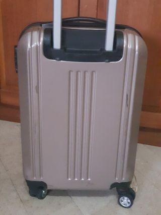 銀咖色登機箱原價3600,pc鋁框非常輕盈,輪子非常好推,50×35x22公分,8~9成新唯此一個