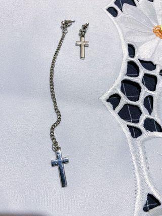 不對稱十字架垂墜耳環