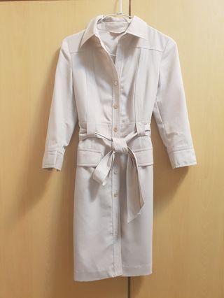 品牌米色洋裝原價1800(也可當風衣)質感佳,時尚修身,顏色永不退流行,37×85公分,m號9成新唯此一件唷~