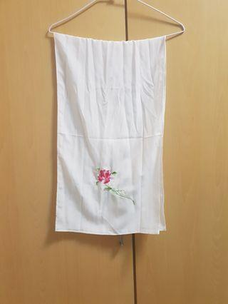 白色絲巾,一邊繡着紅色花朵,一邊繡着紫色花朵,非常好搭配,質感佳,長120公分,唯此一條