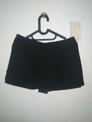 Black skort (skirt short)