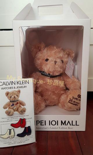【My Boutique- 珍品屋】2019年台北101百貨16周年2限量紀念熊-聯名Calvin Klein CK 流行靴別針泰迪熊Teddy Bear