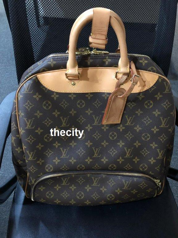 AUTHENTIC LOUIS VUITTON MONOGRAM CANVAS TRAVEL BAG - OVERALL IN GOOD CONDITION - SIZE 39X40 CM APPROX- WITH PADLOCK & KEYS -